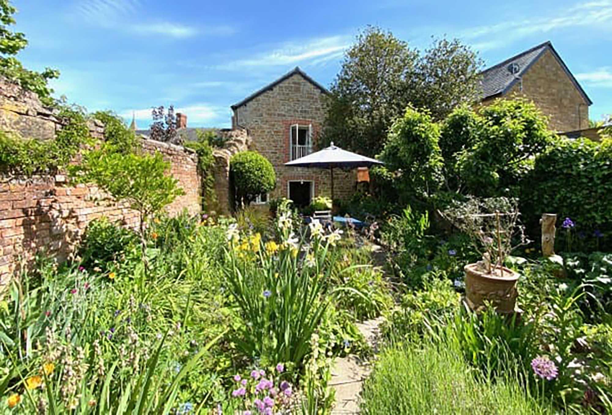 NO CHAIN. Cottage, 200 sq ft artists studio, centre of village