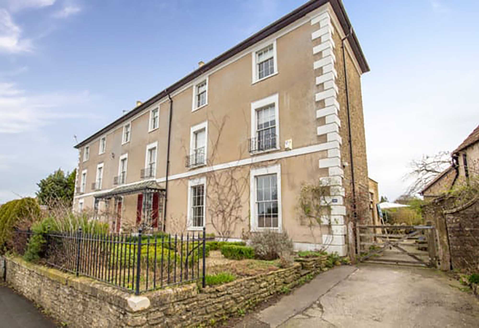 Stunning Georgian house with large garden and parking in central Frome.