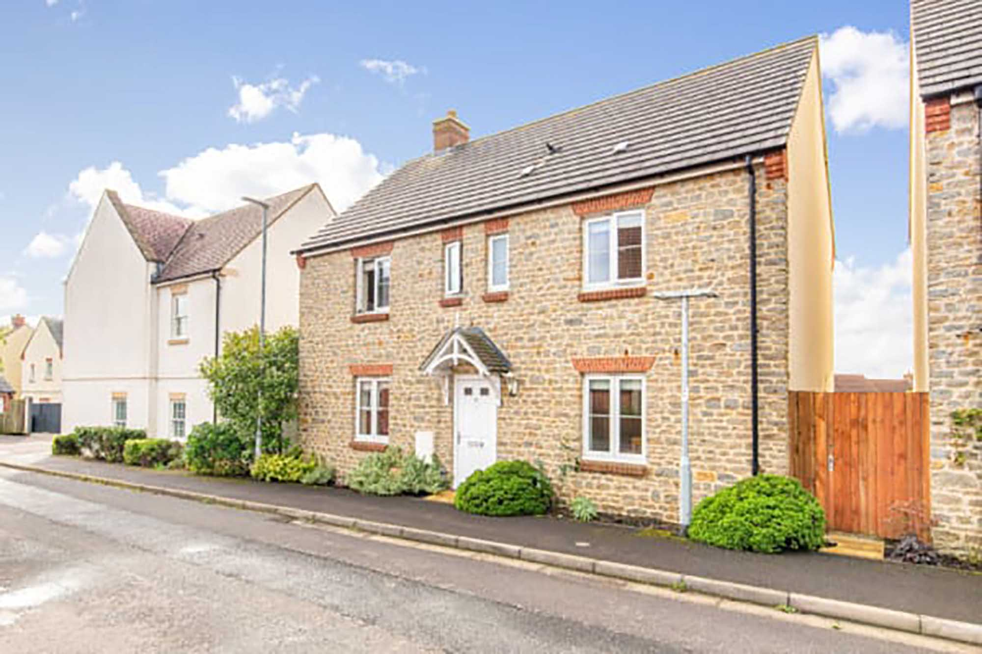 Light, bright, modern detached 4 bed home in Bruton