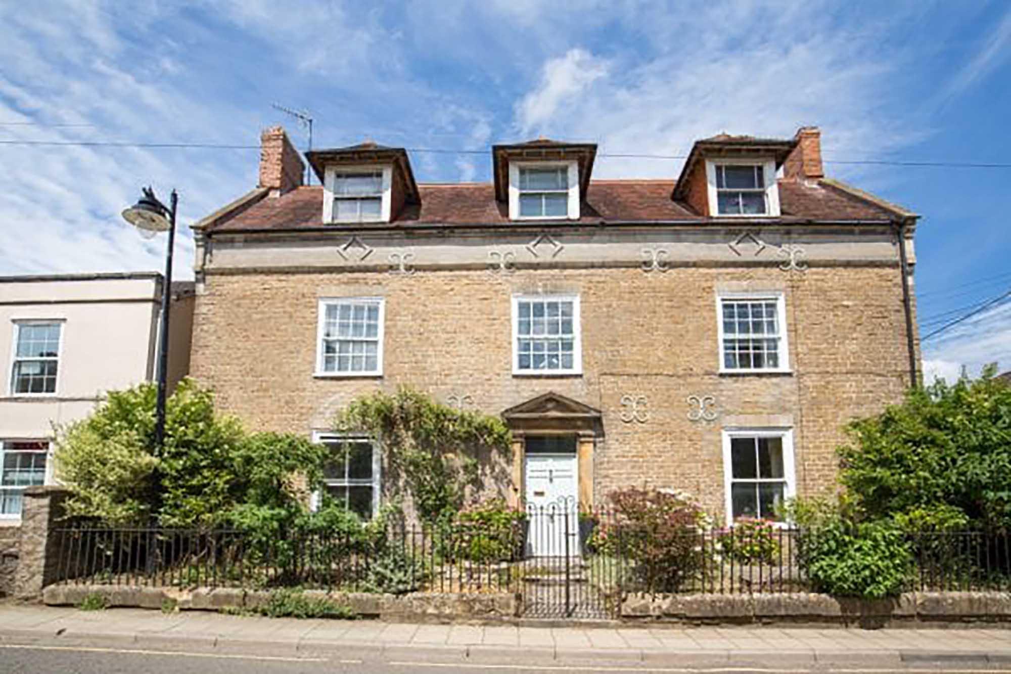 Elegant period property. Annexe & coach house central Bruton