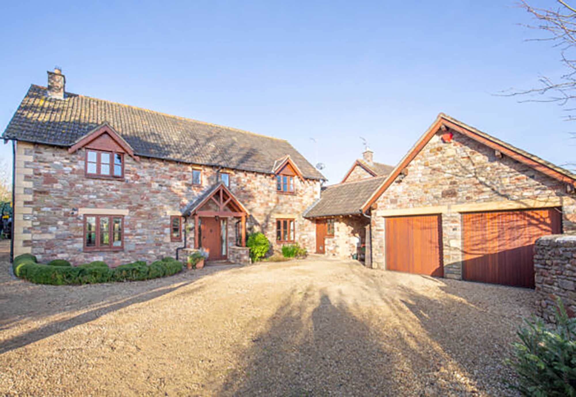 Lovely family house with paddock and stables in central village location