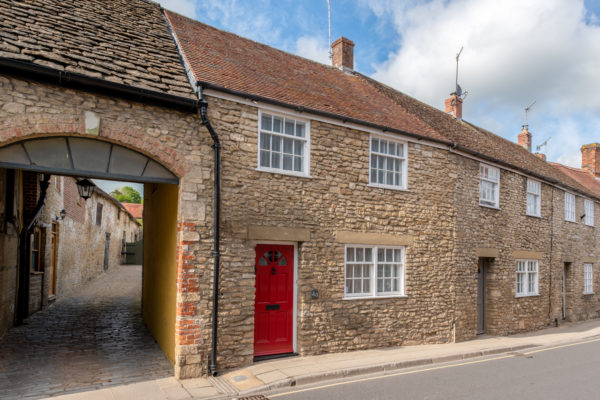 Delightful Cottage with parking & courtyard