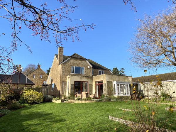 Castle Cary-spacious home with views, garden, parking