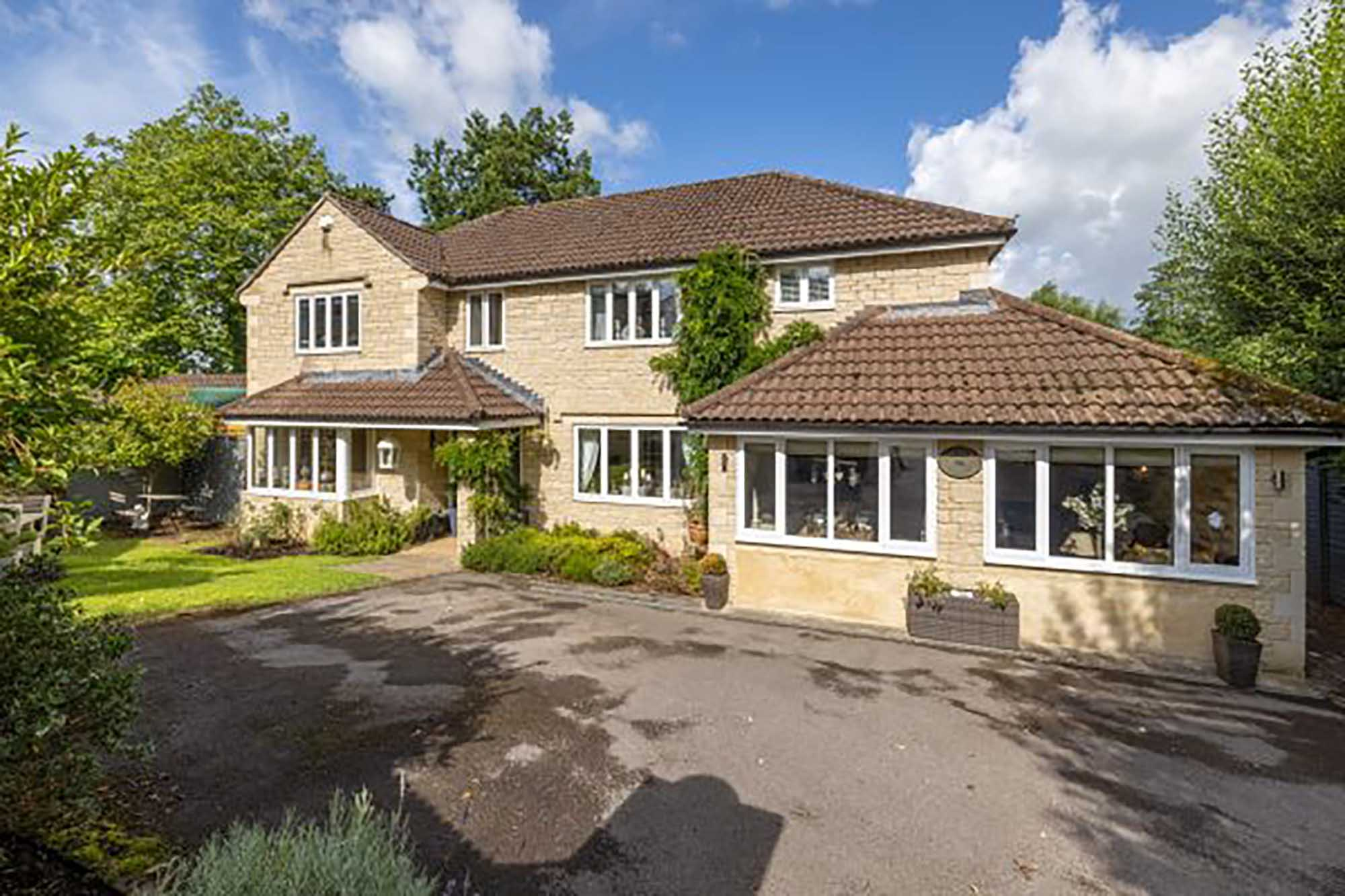 Super 5 bed home in central Bruton